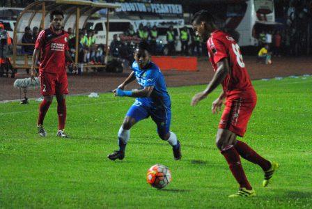 Pemain Semen Padang menaga bola dari sergapan pemain Persib Bandung, saat laga di Stadion Si Jalak Harupat, Sabtu (19/11). (istimewa for jabartoday)