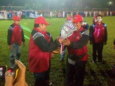 PIALA: Bupati Kuningan Aang Hamid Suganda (kiri), menyerahkan piala bergilir kepada Ketua Pelaksana Porkab V Kuningan tahun 2013 Ade Petruk (kanan). (KUNINGANTODAY/ROMMY)