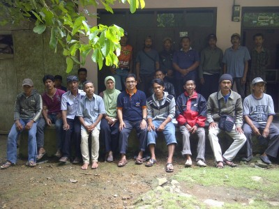 Calon anggota DPR RI Partai NasDem Daerah Pemilihan Jawa Barat X, Fahrus Zaman Fadhly berpose bersama usai berdialog dengan tokoh masyarakat dan warga Bojongsari, Padaherang, Pangandaran.