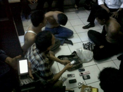 Spesialis pencuri yang mengincar wisatawan diamankan oleh Polrestabes Bandung. Mereka tertangkap tangan saat melakukan aksinya, Kamis (30/1/2014). (JABARTODAY/AVILA DWIPUTRA)