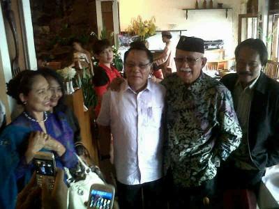 Mantan Panglima TNI Jenderal (Purn) Endriartono Sutarto (baju putih) bersama sesepuh Jawa Barat Solihin GP usai pertemuan di Bandung, Selasa (4/2/2014). Endriartono sendiri akan mengikuti Konvensi Calon Presiden yang diadakan Partai Demokrat pada Rabu (5/2/2014). (JABARTODAY/AVILA DWIPUTRA)