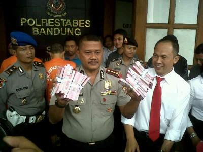 Kepala Polrestabes Bandung Komisaris Besar Mashudi memperlihatkan uang palsu pecahan Rp 100 ribu dalam ekspose di Mapolrestabes Bandung, Senin (24/2). Polisi telah mengamankan pembuat juga pemesan uang palsu tersebut. (JABARTODAY/AVILA DWIPUTRA)