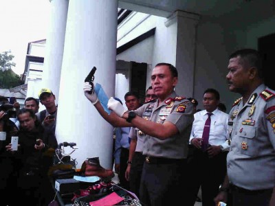 Kepala Polda Jabar Inspektur Jenderal Mochamad Iriawan memperlihatkan barang bukti yang digunakan pelaku kejahatan, Rabu (22/1/2014). Dalam ekspos yang digelar di Mapolrestabes Bandung, berhasil diungkap 29 kasus kriminal sejak awal tahun. (JABARTODAY/AVILA DWIPUTRA)
