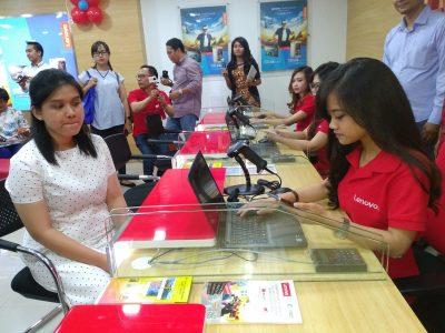Konsumen berkonsultasi di Lenovo Mobile Exclusive Service Center, di Bandung Electronic Center (BEC), Jalan Purnawarman Bandung, Kamis (1/12). jabartoday.com/erwin adriansyah