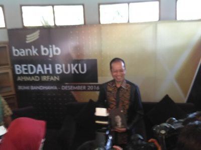 Dirut bank bjb Ahmad Irfan menuangkan pengalamannya dalam buku Inside the Leader of Mind, Membangun Indonesia Memahami Negeri, yang diluncurkan, Minggu (18/12). (jabartoday/avila dwiputra)