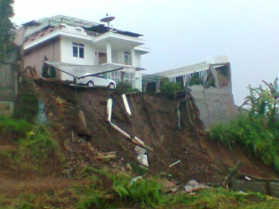 Akibat hujan deras yang disertai angin kencang, benteng rumah mewah di kawasan Komplek perumahan Setiabudhi Regency, Bandung ambruk, Kamis (19/12/2013) (JABARTODAY.COM/FZF)