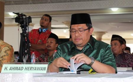 Gubernur Jawa Barat Ahmad Heryawan menjadi narasumber terakhir sarasehan yang berlangsung tiga hari ini. Sarasehan diikuti sekitar 200 ulama dan cendekiawan se-Indonesia.